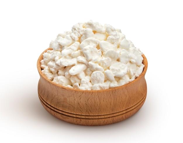 白い表面に木製のボウルにカッテージチーズ Premium写真