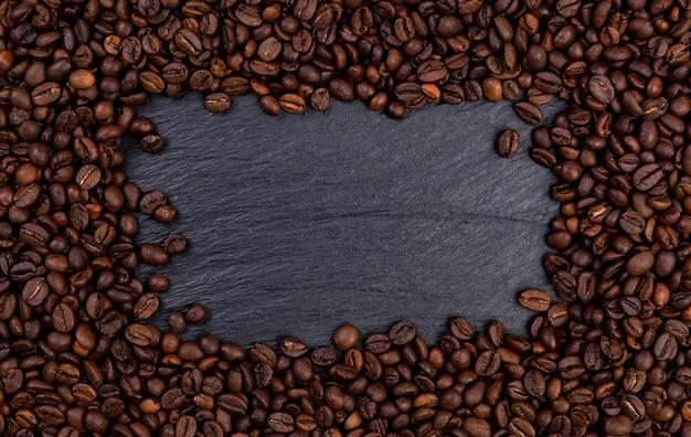 黒のテーブル、上面のコーヒー豆の焙煎で作られたフレーム Premium写真
