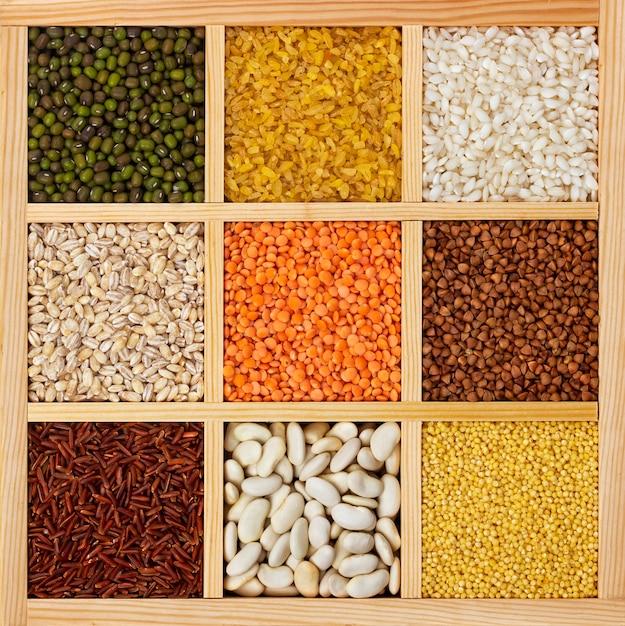 四角い木箱のひき割り穀物 Premium写真