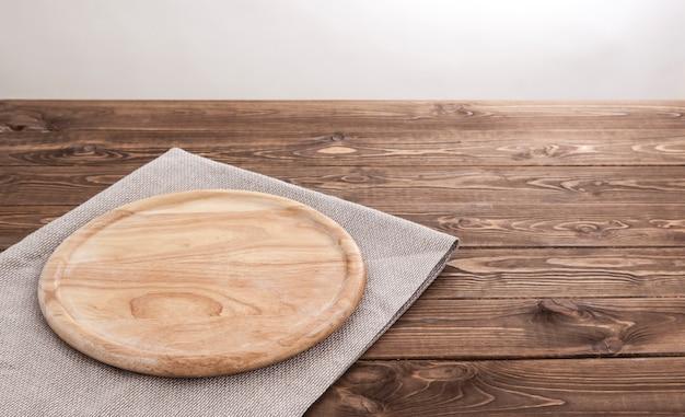 テーブルクロスと丸い木の板。 Premium写真