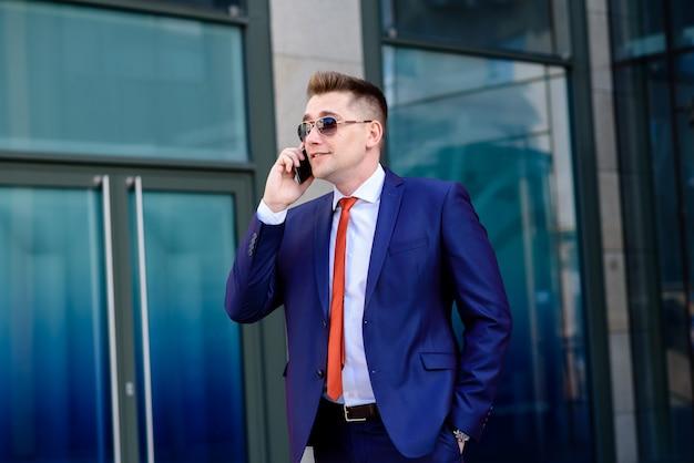 電話で話している成功した実業家。 Premium写真