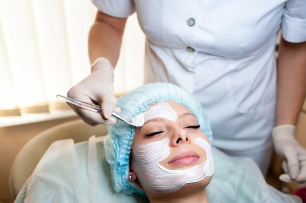 美容師はマスクを美しい少女にします Premium写真
