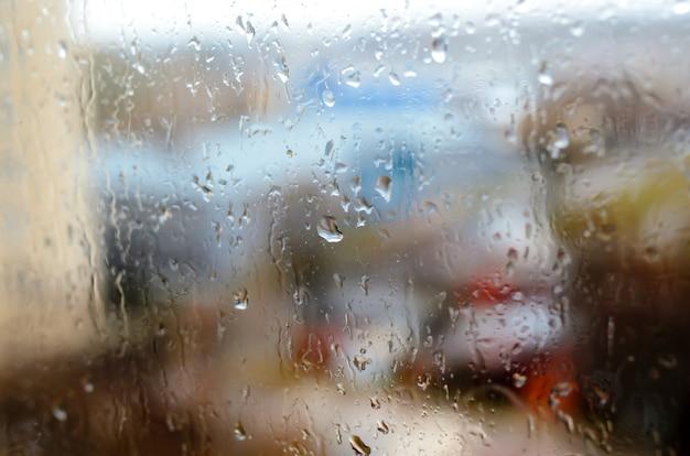 通りの窓に雨滴 Premium写真