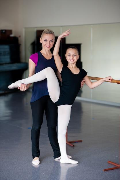 バレエ学校での指導ポジション。 Premium写真
