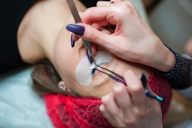 Косметолог проводит косметические процедуры Premium Фотографии