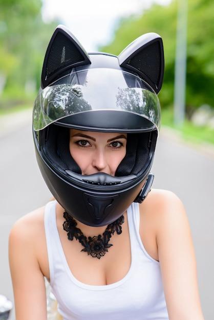 Женщина в шлеме в виде кошки. Premium Фотографии
