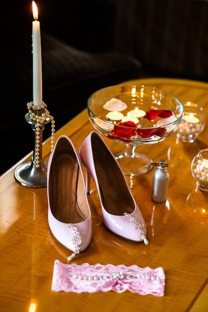 婦人靴、イヤリング、キャンドル Premium写真