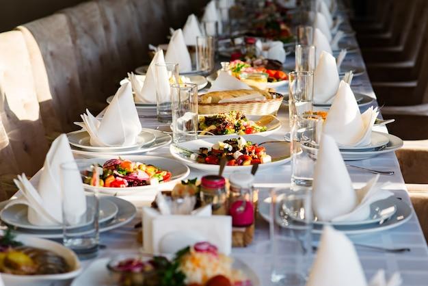 お祝いテーブルではさまざまなサラダを用意しています。 Premium写真
