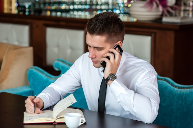 Бизнесмен разговаривает по телефону Premium Фотографии