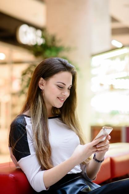 Красивая девушка разговаривает по телефону. Premium Фотографии
