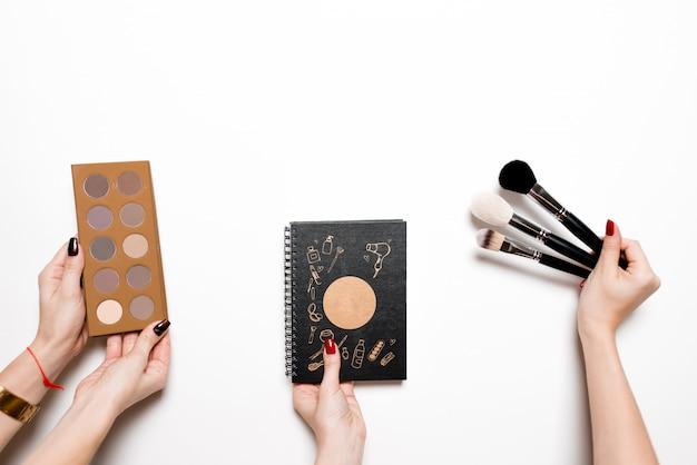 白の色の塗料でブラシを保持している若い女性 Premium写真