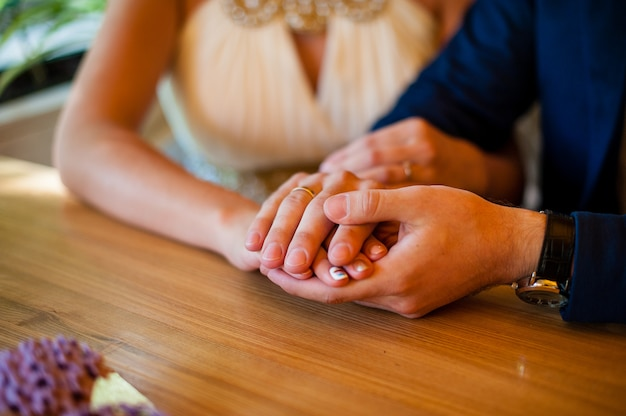 Люди в любви держатся за руки. Premium Фотографии