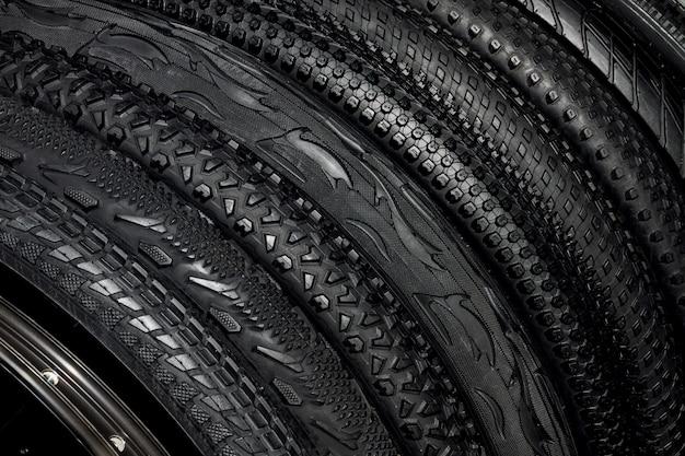 屋外のオフロードサイクリング用のマウンテンバイクの黒いゴム製タイヤ Premium写真