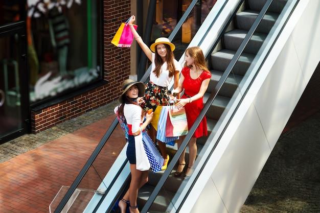 カラフルなドレスでかなり幸せな明るい女性女性女の子友達観光客 Premium写真