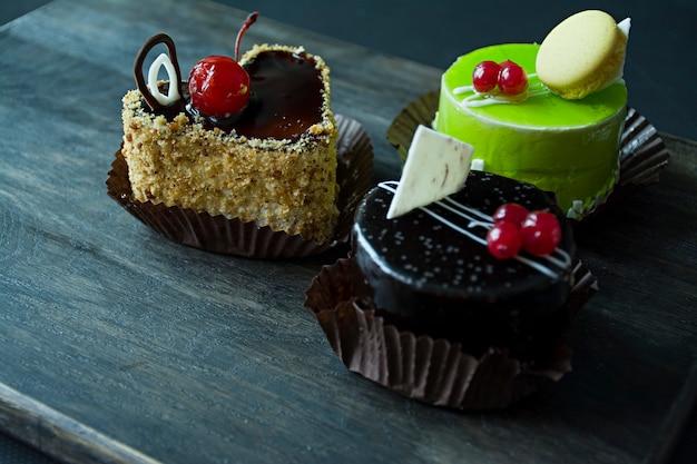 美味しいチョコレート、ビスケット、ピスタチオのケーキ Premium写真