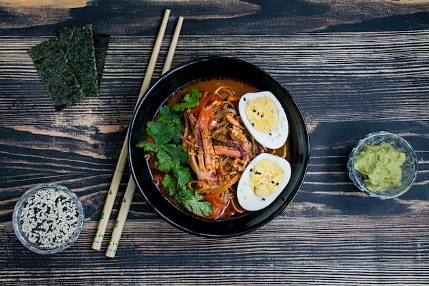 海鮮、ハーブ、漬物卵の入った日本のラーメン Premium写真