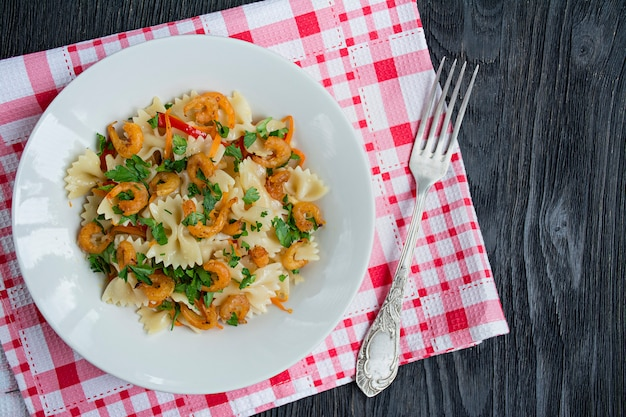 皿にエビのソースのイタリアンパスタ、 Premium写真