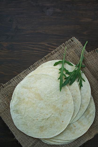 タコスまたはブリトー用のフラットケーキ。タコスを作るためのピタパン。 Premium写真