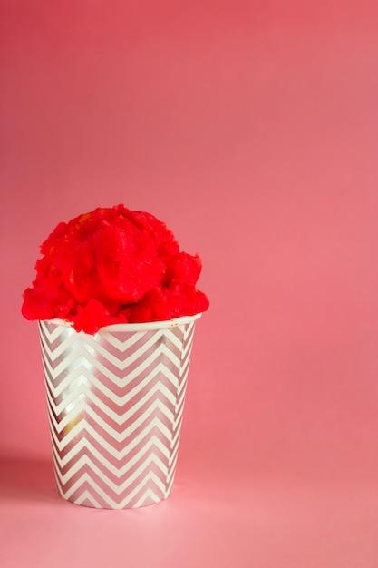 赤いフルーツアイスクリームや冷凍ヨーグルト、ピンクのストリップカップ Premium写真