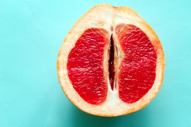 青色の背景に分離された平面図熟したジューシーなグレープフルーツ Premium写真