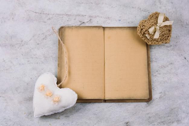 トップビューノートブック、古いヴィンテージ紙とぬいぐるみの心 Premium写真
