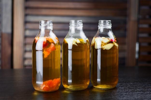 リンゴ、グレープフルーツ、レモン風味のボトルを飲む Premium写真