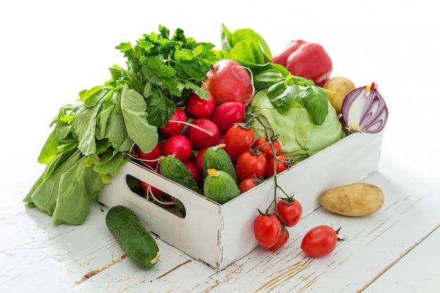 Выбор свежих овощей с фермерского рынка Premium Фотографии