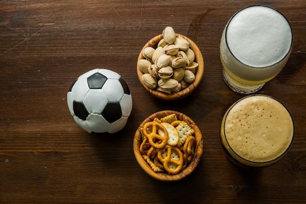 サッカー選手権観戦のためのパーティーフードの選択 Premium写真