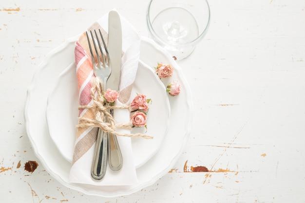 死んだ花とロマンチックなテーブルセッティング Premium写真