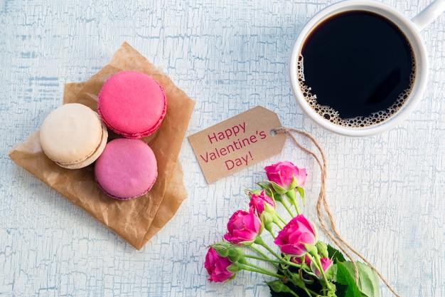 Утренний кофе, цветы и миндальное печенье Premium Фотографии