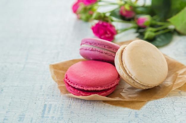 Утренний кофе с цветами и миндальным печеньем. день матери валентина. Premium Фотографии
