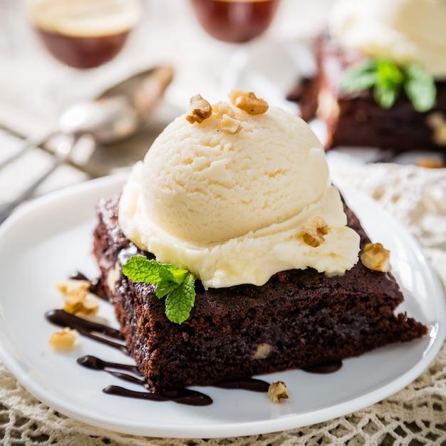 バニラアイスクリーム、ナッツ、ミント入りチョコレートブラウニー Premium写真