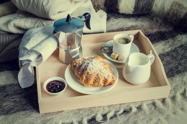ベッドでの朝食 Premium写真