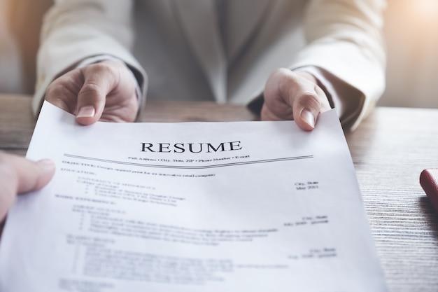 人事監査は、申請者の書類を再開し、会社への人材選抜のために申請者にインタビューします。 Premium写真
