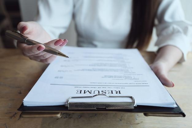 人事監査は、申請者の書類を再開し、会社への人材選抜のために申請者にインタビューします。就職の面接の概念について話し合う。 Premium写真