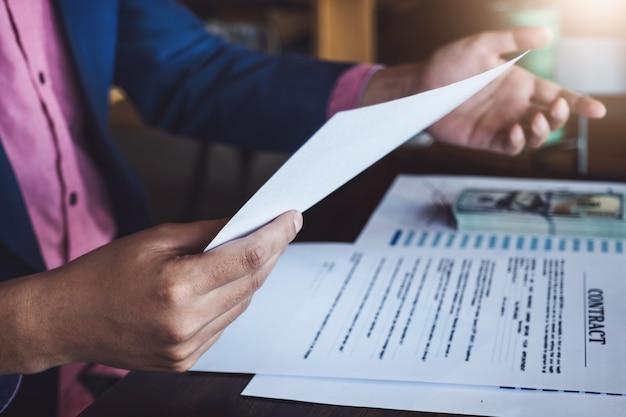 信用契約の概念、銀行のスタッフ、信用部門は、オフィスルームでローンを計画するために顧客と話します。 Premium写真