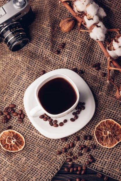 コップトップビューと黄麻布のブラックコーヒー Premium写真