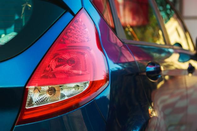 赤い後部車のヘッドランプ Premium写真