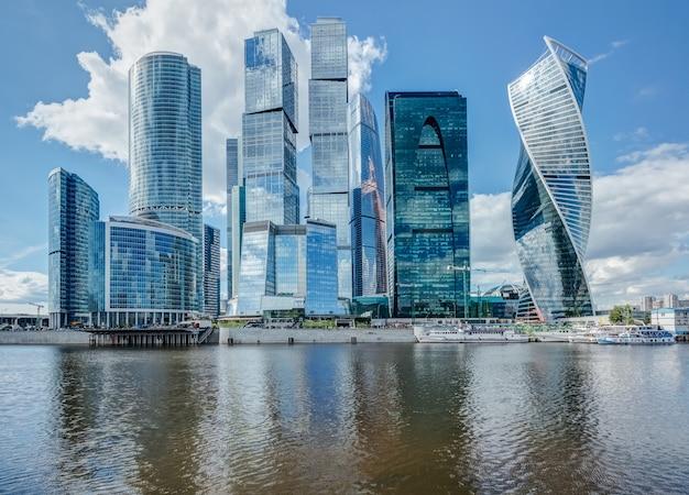 夏の日にモスクワの川の高層ビル Premium写真
