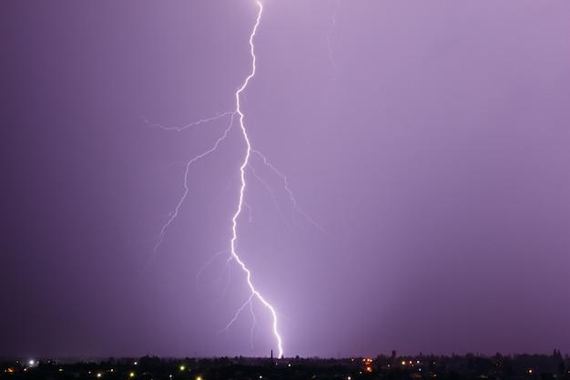 Красивая молния в небе Premium Фотографии