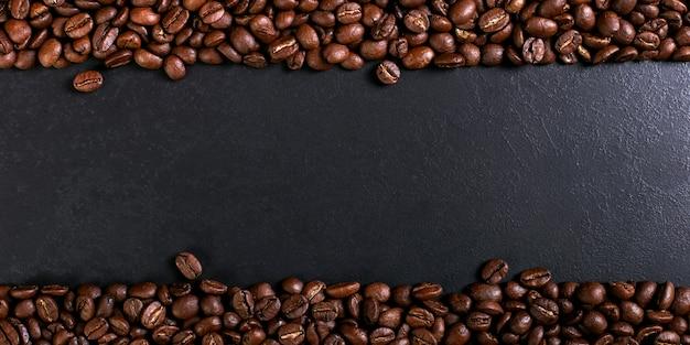 Аромат жареного кофе в зернах на деревенском столешницу, коричневый баннер фон. Premium Фотографии
