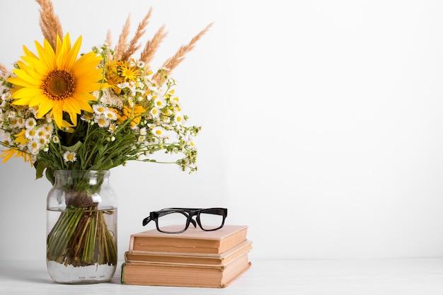 ガラス花瓶、古書の野生の花の夏の花束。シーズンデザインコンセプト。教師の日のコンセプト Premium写真