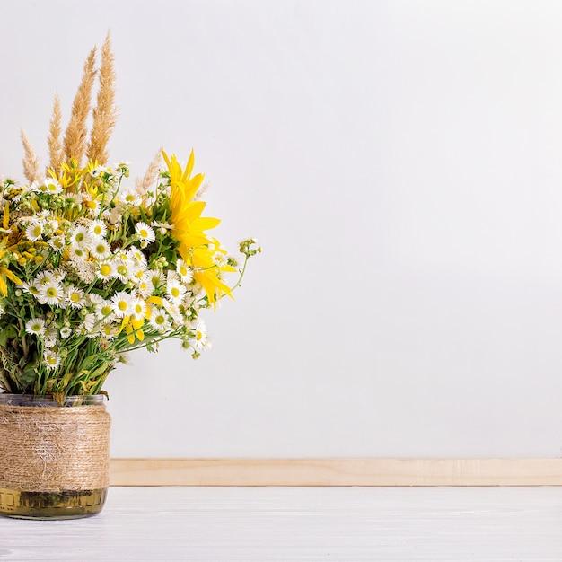 手作りの花瓶の野生の花 Premium写真