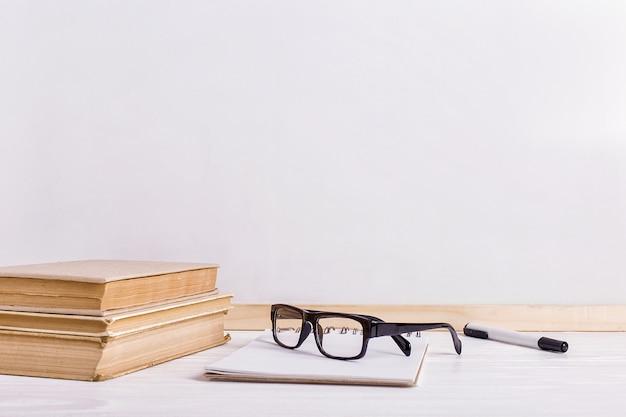 テーブルの上の本とメガネ Premium写真