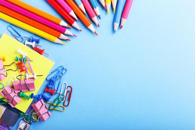 色鉛筆、クリップ、ピン、学用品 Premium写真