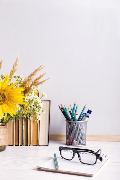 Деревянная рамка для меловой доски и ваза на столе пусто Premium Фотографии