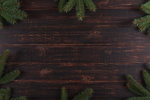 Рождественский фон, деревянный стол и елки Premium Фотографии