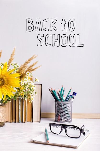 Деревянная рамка для меловой доски и ваза на столе Premium Фотографии