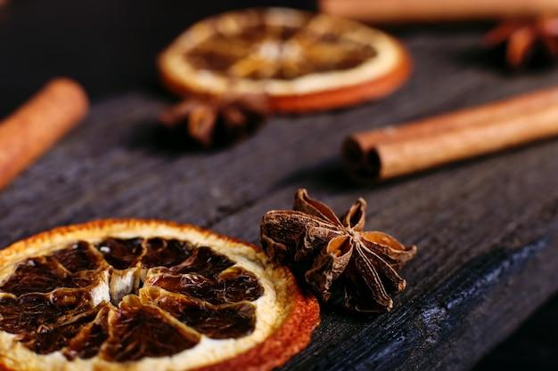シナモンスティック、スターアニス、乾燥オレンジ、キッチンテーブル Premium写真