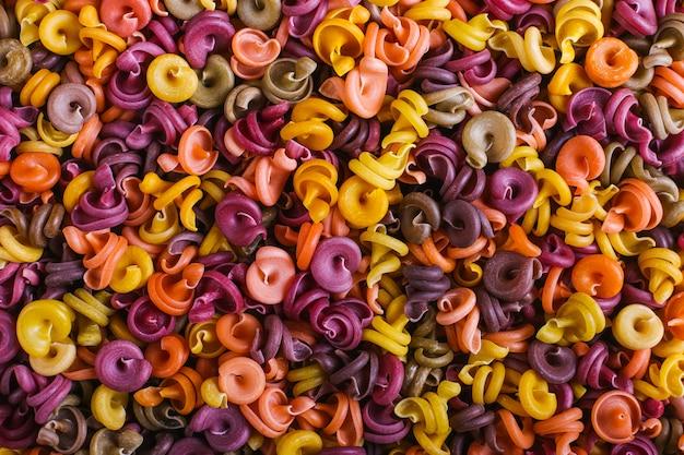 天然植物染料を使用した珍しい形のマルチカラーマカロニ Premium写真